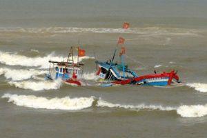 Cà Mau: Hai tàu cá bị sóng đánh chìm, một ngư dân mất tích