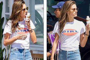 'Chân dài' Alessandra Ambrosio hồn nhiên vừa dạo phố vừa ăn kem