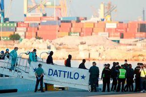 Tàu di cư mắc kẹt một tuần lễ đã cập cảng Tây Ban Nha