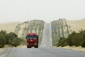 Tuyến đường cao tốc xuyên qua sa mạc lớn nhất Trung Quốc có gì đặc biệt?