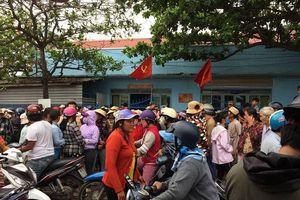 Người dân Phan Rí Cửa tập trung tại trụ sở công an