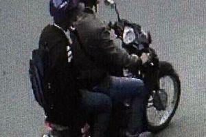 Camera ghi hình 2 người nghi ném vật nổ vào công an phường ở TP.HCM