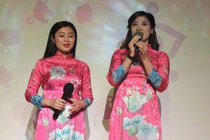 Chị em ca sĩ 'Sao Mai' Bích Hồng và Thu Hằng giới thiệu âm nhạc Việt tại Pháp