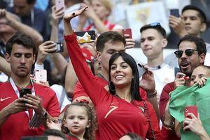 Bạn gái xinh cổ vũ, vô tình để lộ 'bí mật thầm kín' của Ronaldo