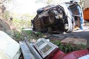 Lật xe tải ở Lào khiến 2 người Việt tử vong