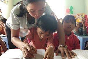 Liệt 1 chân, 7 năm dạy học miễn phí cho trẻ em nghèo