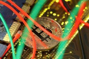 Đón tin bất lợi, giá Bitcoin chạm đáy hơn 4 tháng