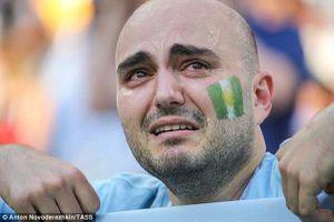 Khoảnh khắc CĐV Argentina khóc mong Nigeria đánh bại Iceland