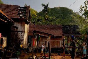 Lốc xoáy cuốn bay hàng chục mái nhà dân tại Quảng Ngãi