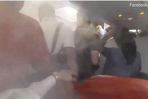 Màn hành hạ hành khách trên chiếc máy bay 'lạnh như băng'