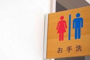CĐV Nhật Bản chen nhau đi vệ sinh như ong vỡ tổ, 'tè'... trôi cả Tokyo