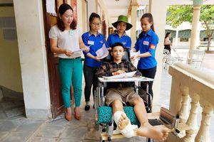 Nghệ An: Thanh niên tình nguyện giúp thí sinh gãy chân từ nhà đến điểm thi