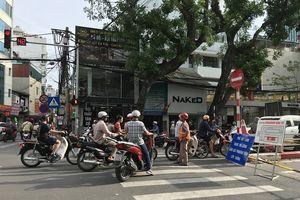 Điểm nóng giao thông: Bất lực nhìn người dân đi vào đường cấm