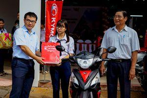 Kymco Việt Nam trao quà cho học sinh nghèo đạt thành tích tốt