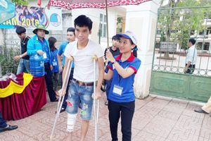 Bị tai nạn bất ngờ, mang sách vở vào bệnh viên ôn thi