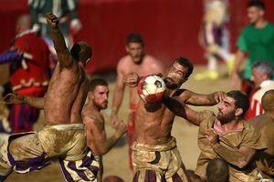 Bóng đá kiểu Italy: Vừa ôm bóng, vừa đấm nhau túi bụi