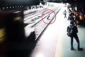 Nam thanh niên tự tử nhảy bổ vào đầu tàu hỏa đang chạy