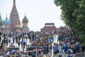 Tại sao hàng ngàn CĐV nước ngoài xếp hàng dài chờ viếng lăng Lenin?