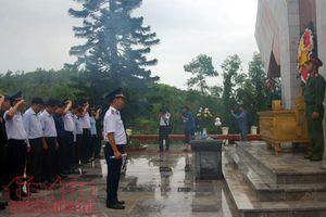 Xúc động giây phút Bộ Tư lệnh cảnh sát biển Việt Nam tri ân các anh hùng liệt sĩ trên đảo Cô Tô