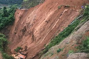 Sạt lở núi kinh hoàng trên QL12, 2 công nhân rơi xuống vực