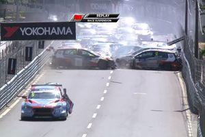 Loạt xe đua va chạm khiến một chiếc xe bốc cháy