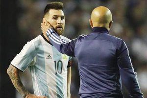 HLV Argentina lại 'nịnh' Messi: 'Mỗi khi Leo đến ôm, tôi cảm thấy rất hạnh phúc và tự hào'