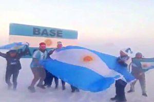 Tột cùng sung sướng, fan cuồng Argentina lên tận Nam Cực ăn mừng