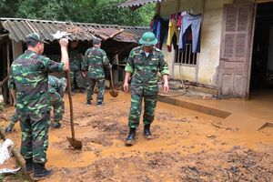 Bộ đội biên phòng Lào Cai giúp dân khắc phục hậu quả sạt lở đất