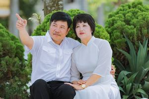 Chụp ảnh bố mẹ 30 năm ngày ra trường