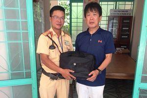 CSGT tìm trả lại túi xách cho một người Nhật