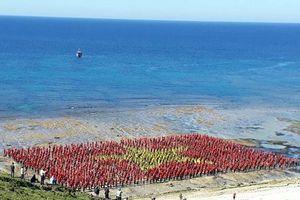 Hơn 3.000 người xác lập kỷ lục hát Quốc ca và tạo hình lá cờ Tổ quốc