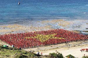 3.000 người xếp lá cờ Tổ quốc khổng lồ trên đảo Lý Sơn