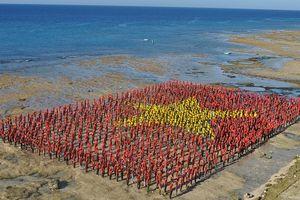 Xác lập kỷ lục Việt Nam về số người tạo hình lá cờ tổ quốc nhiều nhất trên biển