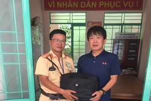 CSGT Đà Nẵng trả lại 3 thẻ ngân hàng cho du khách Nhật đánh rơi