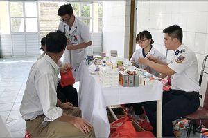 Khám chữa bệnh, phát thuốc miễn phí cho nhân dân huyện đảo Cô Tô