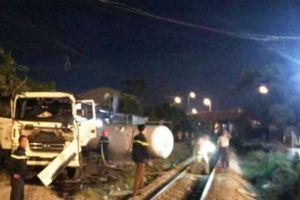 Tàu hỏa đâm xe bồn khiến 3 người bị thương, giao thông tắc nghẽn