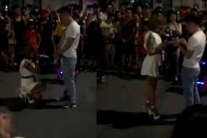 Clip gái xinh xăm trổ quỳ gối cầu hôn ở Hà Nội, Bella lên đồn công an vì nghi đánh con