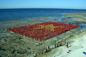 Quảng Ngãi: Xác lập Kỷ lục Việt Nam về số người hát Quốc ca, tạo hình lá cờ Tổ quốc trên biển