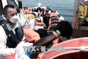 Tàu chở người di cư hướng về Tây Ban Nha sau khi bị Italy và Malta từ chối