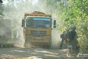 Xe cơi nới chở 'quặng thổ phỉ' cày nát đường dân sinh