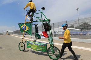 Hai bố con người Brazil đạp xe lạ tới dự trận đấu với Mexico