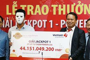 Xổ số Vietlott: Thợ xây Quảng Bình giấu tên, đeo mặt nạ nhận thưởng hơn 44 tỷ đồng