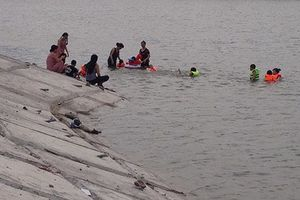 Hà Nội nắng nóng trên 40 độ C: Giải nhiệt tại sông, hồ coi chừng làm mồi cho 'Hà Bá'
