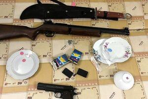 Thu súng, bình xịt hơi cay tại ổ bạc trong trang trại