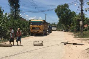 Thừa Thiên – Huế: Bức xúc vì bụi đường, người dân lập hàng rào chặn xe