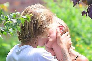 Justin Bieber và tình mới hôn nhau đắm đuối trong vườn hoa
