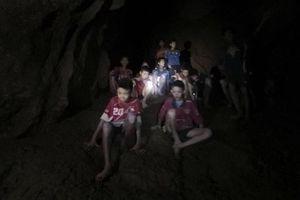 Phương án nào tối ưu để đưa đội bóng ra khỏi hang Tham Luang ở Thái Lan?