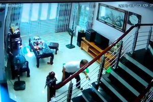 Camera ghi lại cảnh trưởng trạm y tế chém 3 người rồi phóng hỏa hiện trường