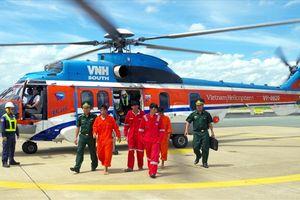 Dùng trực thăng đưa 4 ngư dân bị nạn trên biển vào đất liền