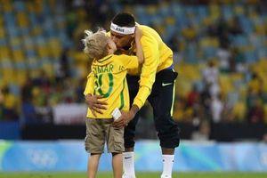 Neymar tập luyện cùng con trai trước trận đối đầu với Bỉ